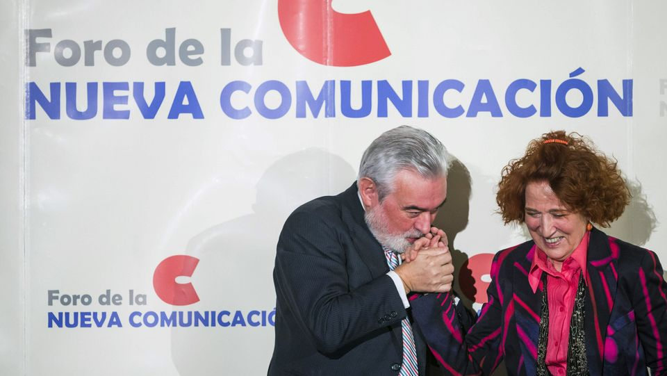 El nuevo director de la Real Academia Española, Darío Villanueva, junto a Carmen Iglesias, la primera mujer elegida directora de la Real Academia de la Historia Emilio Naranjo | EFE