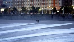 El intenso oleaje provoca que el agua se acerque al paseo. FOT�GRAFO: �SCAR PAR�S