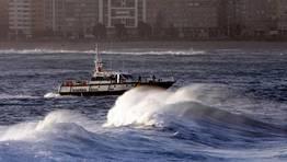 Salvamento Marítimo rastrea un mar muy batido y con fuerte oleaje. FOTÓGRAFO: ÓSCAR PARÍS