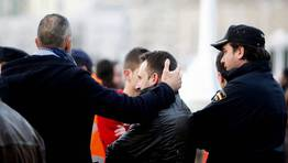 Uno de los familiares es consolado ante el dolor del suceso. FOTÓGRAFO: EDUARDO PEREZ