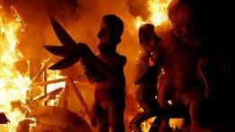 La falla dedicada a Mariano Rajoy y Angela Merkel se despiden hasta el a�o que viene FOT�GRAFO: HEINO KALIS | REUTERS