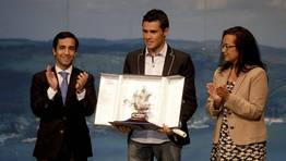 El bicampeón mundial Javier Gómez Noya, flanqueado por el alcalde, José Manuel Rey Varela, y la concejala de deportes, Susana Martínez, recibió la carabela de plata en la Gala do Deporte Ferrolán por su temporada 2010/11. FOTÓGRAFO: CESAR TOIMIL