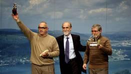 Juan J. Chamorro y Manuel Bouza, recibieron sendas menciones especiales. En la imagen, con Vicente Irisarri FOTÓGRAFO: CESAR TOIMIL