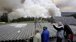 Los vecinos observan con preocupaci�n el tama�o y la proximidad de las llamas. FOT�GRAFO: C�SAR TOIMIL