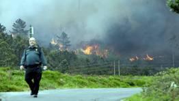 Las proporciones del incendio hizo que la Xunta pidiera la ayuda de la Unidad Militar de Emergencia. FOT�GRAFO: C�SAR TOIMIL