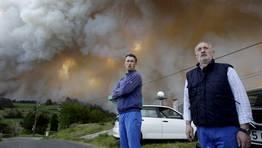 Los vecinos, impotentes ante el avance del fuego. FOT�GRAFO: C�SAR TOIMIL
