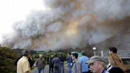 El fuego se propag� aguas abajo del r�o Eume y el humo ensombreci� pronto Pontedeume. FOT�GRAFO: C�SAR TOIMIL