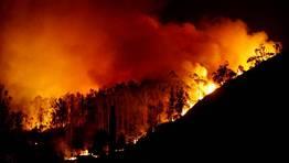 La virulencia del fuego ha obligado al desalojo de los vecinos de la aldea de Teixeira.