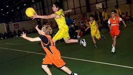 A pesar de la corta edad de los ni�os del minibasket hubo detalles de calidad. Partido Sarria vs BBC FOT�GRAFO: MARTINA MISER