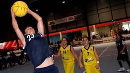 Alg�n jugador destac� por su estatura en los rebotes. Partido Estudiantes vs Sarria FOT�GRAFO: MARTINA MISER