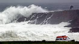 El litoral de la provincia de A Coru�a permanecer� hoy en alerta roja por olas que superar�n los siete metros de altura, una alerta que ser� naranja en Pontevedra y Lugo FOT�GRAFO: GUSTAVO RIVAS