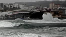 La costa gallega se ha desperta hoy inmersa en un fuerte temporal de mar FOT�GRAFO: GUSTAVO RIVAS