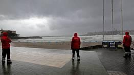 El Ayuntamiento de A Coru�a ha cerrado los accesos a las playas de Riazor, Orz�n y Matadero ante la previsi�n de que las olas en esa zona podr�an alcanzar los siete metros de altura FOT�GRAFO: GUSTAVO RIVAS