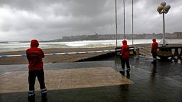El Ayuntamiento de A Coru�a orden� a primera de hora de la ma�an el cierre de los accesos a los arenales. FOT�GRAFO: GUSTAVO RIVAS