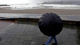 En caso de que las olas alcancen el paseo mar�timo se cerrar� el paso a peatones, e inculo podr�a llegar a cortarse el tr�fico FOT�GRAFO: GUSTAVO RIVAS