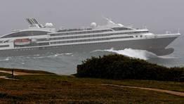 El buque sorte� las olas a media tarde. FOT�GRAFO: CESAR QUIAN