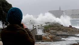 Como es habitual, muchos curiosos se acercaron a las inmediaciones del paseo mar�timo para inmortalizar el estado del mar. FOT�GRAFO: CESAR QUIAN