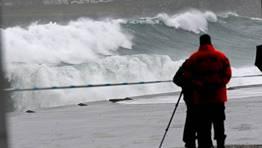 Las olas alcanzaron varios metros de altura en la bah�a. FOT�GRAFO: CESAR QUIAN