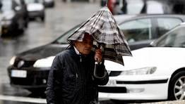 Algunos peatones optaron por no abrir el paraguas. FOT�GRAFO: EDUARDO PEREZ