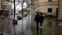 La lluvia provoc� que las calles quedasen pr�cticamente desiertas. FOT�GRAFO: Eduardo Perez