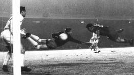 Evaristo, jugador del Barcelona, remata en plancha para anotar el gol que eliminar�a al Real Madrid de la Copa de Europa el 23 de noviembre de 1960. FOT�GRAFO: ARCHIVO CARLOS FERNANDEZ