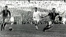 El coru��s Lu�s Su�rez avanza con el cuero ante el madridista Santiesteban. Kubala tira un desmarque. Imagen de un partido correspondiente a la temporada 1959-60. FOT�GRAFO: ARCHIVO CARLOS FERNANDEZ