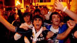 Madridistas arousanos salieron a la calle para celebrar la victoria de su equipo en La Copa del Rey de la temporada pasada. FOT�GRAFO: MONICA IRAGO
