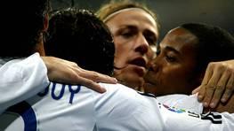 Guti y Robuinho se abrazan con el resto de sus compa�eros para celebrar un gol frente al eterno rival. FOT�GRAFO: BENITO ORD��EZ