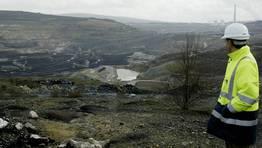 A finales del 2007, en el hueco de la mina de As Pontes se ultimaban los trabajos para iniciar el aporte de agua que convertir�a la explotaci�n en el mayor lago artificial de Galicia. Plazo en el horizonte: 2012 FOT�GRAFO: JOSE PARDO