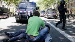 Un estudiante atiende a un compa�ero que se ha desmayado al t�rmino de  la manifestaci�n de estudiantes de secundaria y universitarios celebrada hoy en Barcelona FOT�GRAFO: ALEJANDRO GARC�A | EFE