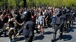 Un cord�n policial de Mossos d`Esquadra rodea a un grupo de manifestantes durante la concentraci�n estudiantil celebrada hoy en Barcelona para protestar por el aumento de tasas y los recortes educativos anunciados por el Gobierno FOT�GRAFO: TONI GARRIGA | EFE