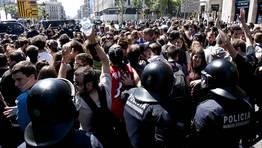 La manifestaci�n consigui� reunir a varios miles de estudiantes de secundaria y universitarios, que marcharon por las principales calles de Barcelona FOT�GRAFO: TONI GARRIGA | EFE