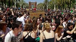 Varios estudiantes realizan una sentada al t�rmino de la manifestaci�n de Barcelona FOT�GRAFO: TONI GARRIGA | EFE