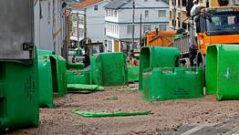 Una carga de 20 toneladas de restos de pescado que ten�a su destino en la f�brica de harinas de pescado �rtabra termin� esparcida por la traves�a de Oseiro, en Arteixo. FOT�GRAFO: CESAR QUIAN