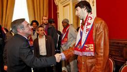 El alcalde �ngel Curr�s, quien en la imagen da la mano a Corbacho, se�al� el �referente� que supone la lucha del Obra para permanecer en la �lite del balonesto. espa�ol. FOT�GRAFO: XO�N A. SOLER