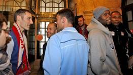 En la imagen, Tuky Bulfoni, uno de los jugadores m�s inmortalizados, al certificarse ayer su despedida de Sar y su retorno a Argentina. FOT�GRAFO: XO�N A. SOLER