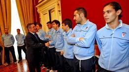 Raxoi tambi�n quiso homenajear a los jugadores del Compostela, protagonistas del reciente ascenso del equipo a Tercera Divisi�n. FOT�GRAFO: XO�N A. SOLER