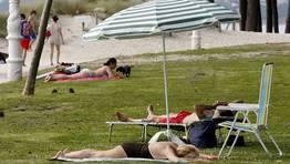 En la arena o en las zonas verdes.... FOTÓGRAFO: XOAN CARLOS GIL
