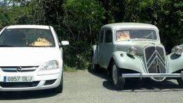La venta de coches en la calles y v�as p�blicas contin�a en Lugo, con situaciones tan curiosas como las de la imagen. Un veh�culo de los a�os cincuenta al lado de otro m�s moderno, y ambos en venta