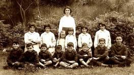 Alumnos da escola de Vilarx� (Narah�o), no curso de 1963, coa mestra Consuelo Zaera R�os FOT�GRAFO: CEDIDA