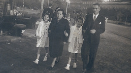 Familia Vázquez-González (1944) paseando por Las Avenidas. Al fondo el Mercado Lage.