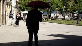 Un lucense se protege con paraguas del sol de mediod�a, en la plaza Campo Castelo, en la capital lucense. FOT�GRAFO: kike