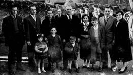 Patriarca rodeado de su familia, en Burela, sin datar. FOT�GRAFO: CEDIDA POR SARA REY