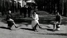 Cincuenta a�os atr�s, en 1962, las j�venes Loli, Maribel y Marita, en el Cant�n de Mol�ns, en Ferrol. Las tres mantienen aun la amistad FOT�GRAFO: CEDIDA