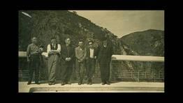 Jos� Ramil y Ceferino Pardo, vecinos de Gra�as do Sor, junto a un grupo de amigos de visita el embalse del Eume en 1956 FOT�GRAFO: Ernesto Vale Carball�s