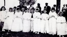 Primeras comuniones en As Gra�as do Sor (Ma��n), en 1969, con la profesora Mar�a Luisa Caama�o FOT�GRAFO: Jes�s Franco