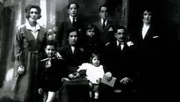 Fotograf�a de estudio de la familia Frade, de Ferrol, en los a�os 20. La mayor�a de los miembros eran trabajadores de Baz�n, adem�s de Manol�n, jugador del Racing FOT�GRAFO: Carlos Frade