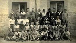 Alumnos de la escuela de Queixeiro (Monfero) en el a�o 1943 con el profesor Constantino Salgado Pi�eiro FOT�GRAFO: Manuel Cortizas