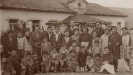 Nenos e nenas da parroquia das Ribeiras do Sor (Ma��n) xunto co mestre Constantino Carpente, na d�cada dos 50 FOT�GRAFO: Carlos Mart�nez Fern�ndez