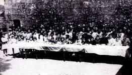 Celebraci�n de primeras comuniones en el atrio de la iglesia de Igrexafeita (San Sadurni�o) el 10 de junio de 1962 FOT�GRAFO: Hip�lito Y��ez